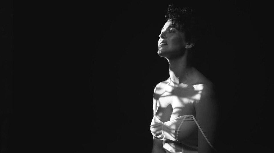Нежная, ранимая и несмелая: Даша Астафьева сняла романтический клип на сольную песню