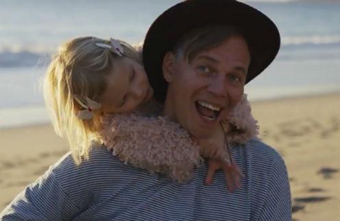 """Лидер """"Мумий Тролль"""" снял видео со своими маленькими дочками"""