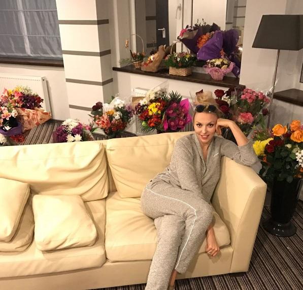 Королева в цветах: поклонники задарили Олю Полякову букетами на концерте в Николаеве