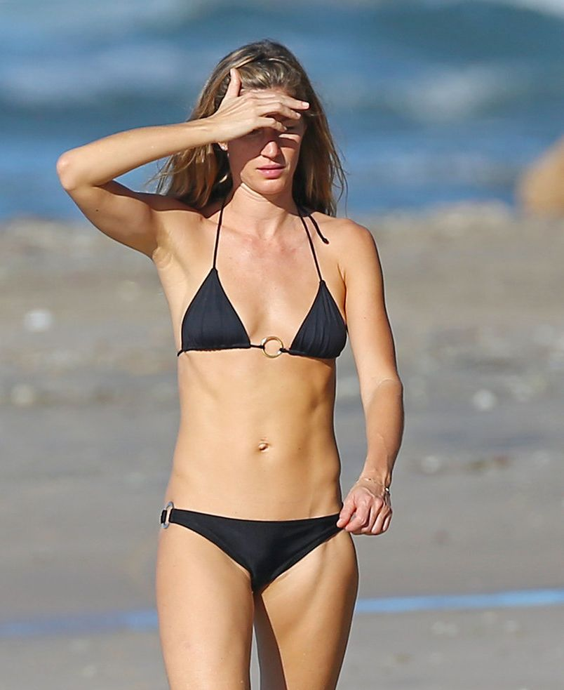 Жизель Бундхен появилась на пляже в бикини со своей сестрой