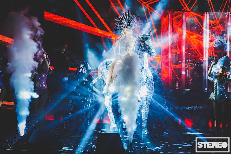 Оля Полякова появилась на сцене на хрустальном коне за 5 тысяч долларов