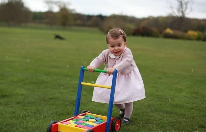 В сети появились новые снимки годовалой принцессы Шарлотты