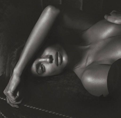 Черно-белый соблазн: Ирина Шейк обнажилась для мужского глянца