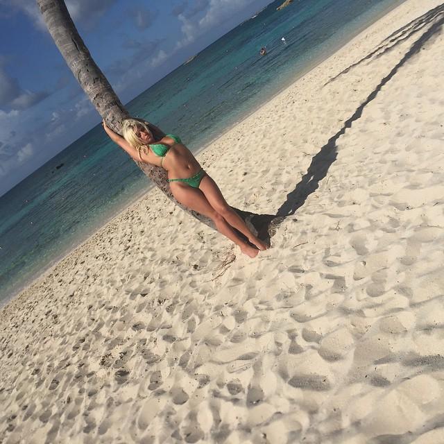Леди Гага в сексуальном бикини на Багамах