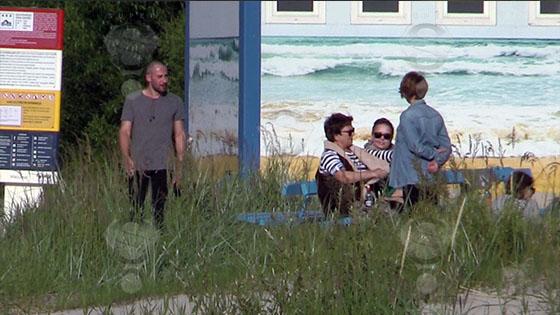 Жанна Фриске гуляет по набережной с сыном и мужем
