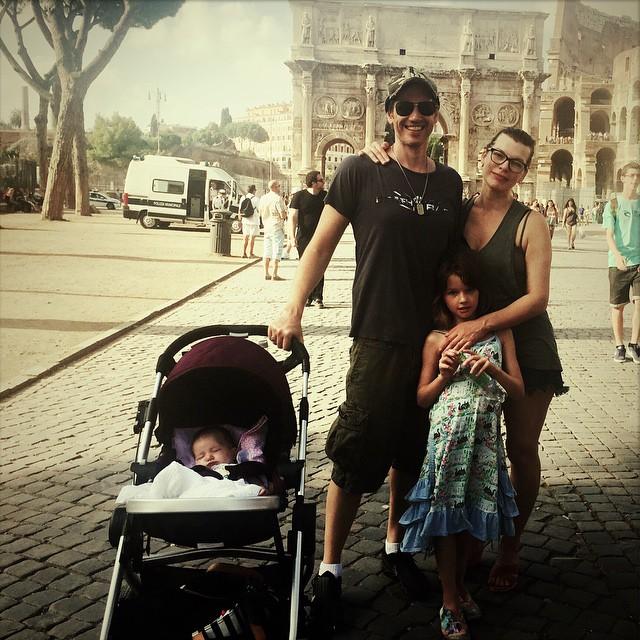 Милла Йовович с мужем и детьми отдыхает в Риме