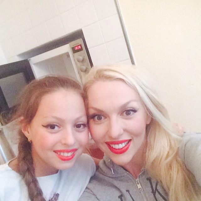 Оля Полякова разрешает своей дочери красить губы красной помадой