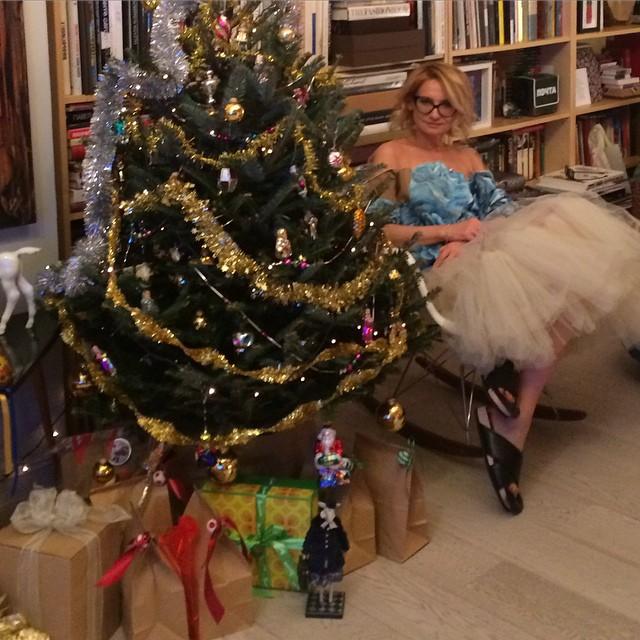 Эвелина Хромченко под елочкой: бальное платье и тапочки