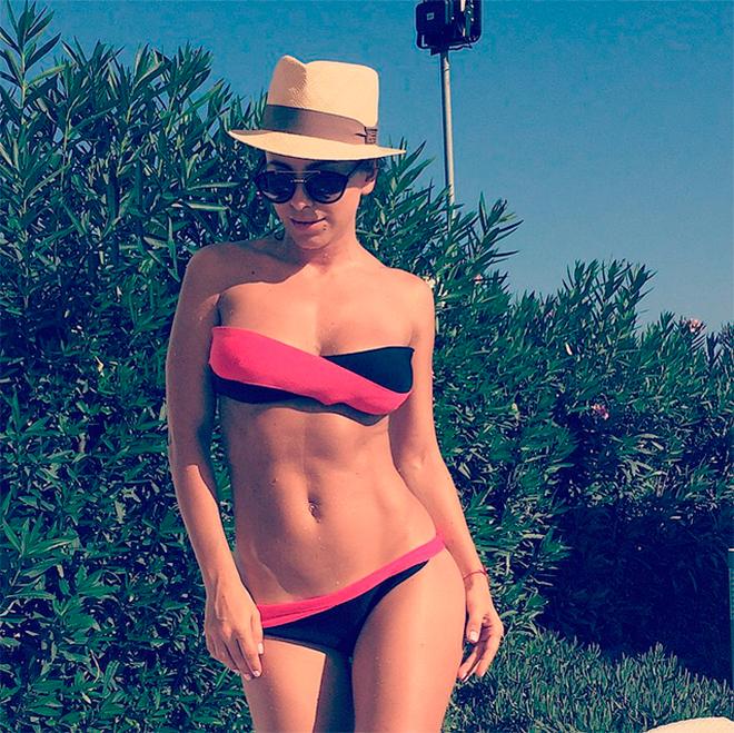 Ани Лорак на пляже показала подкачанный живот