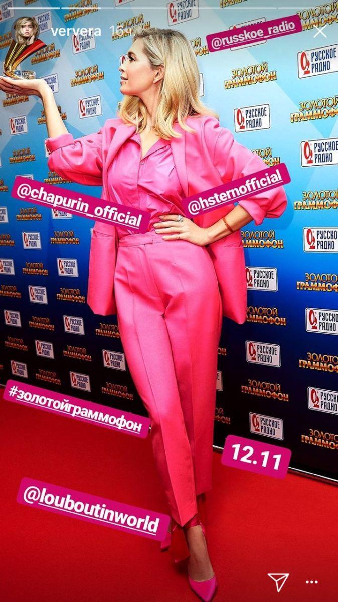 Как барби: Вера Брежнева произвела фурор ярко-розовым костюмом