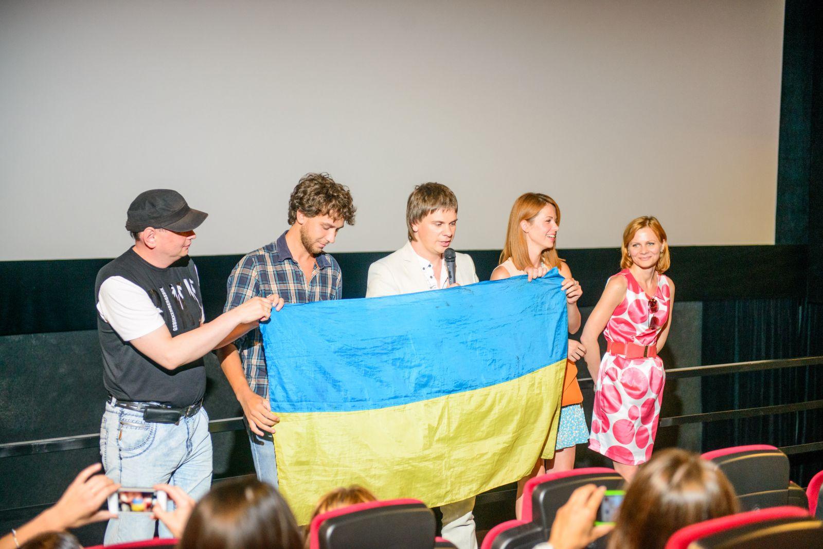 Дмитрий Комаров с украинским флагом