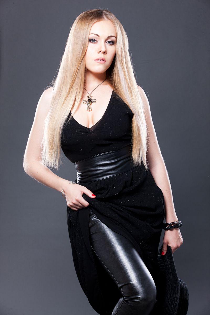 секси-мама Alyosha в новом фотосессии к 8 марта