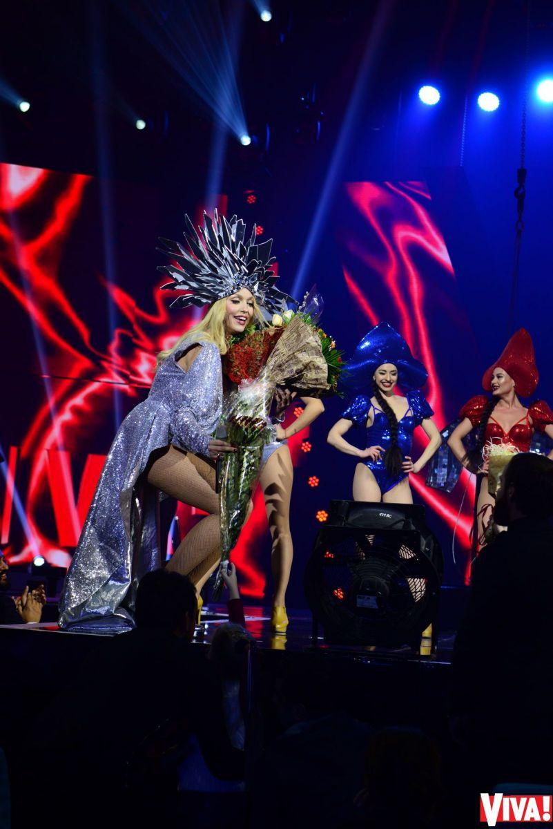 """Ведущая """"Viva! Самые красивые-2017"""" Оля Полякова эффектно появилась на сцене на коне"""