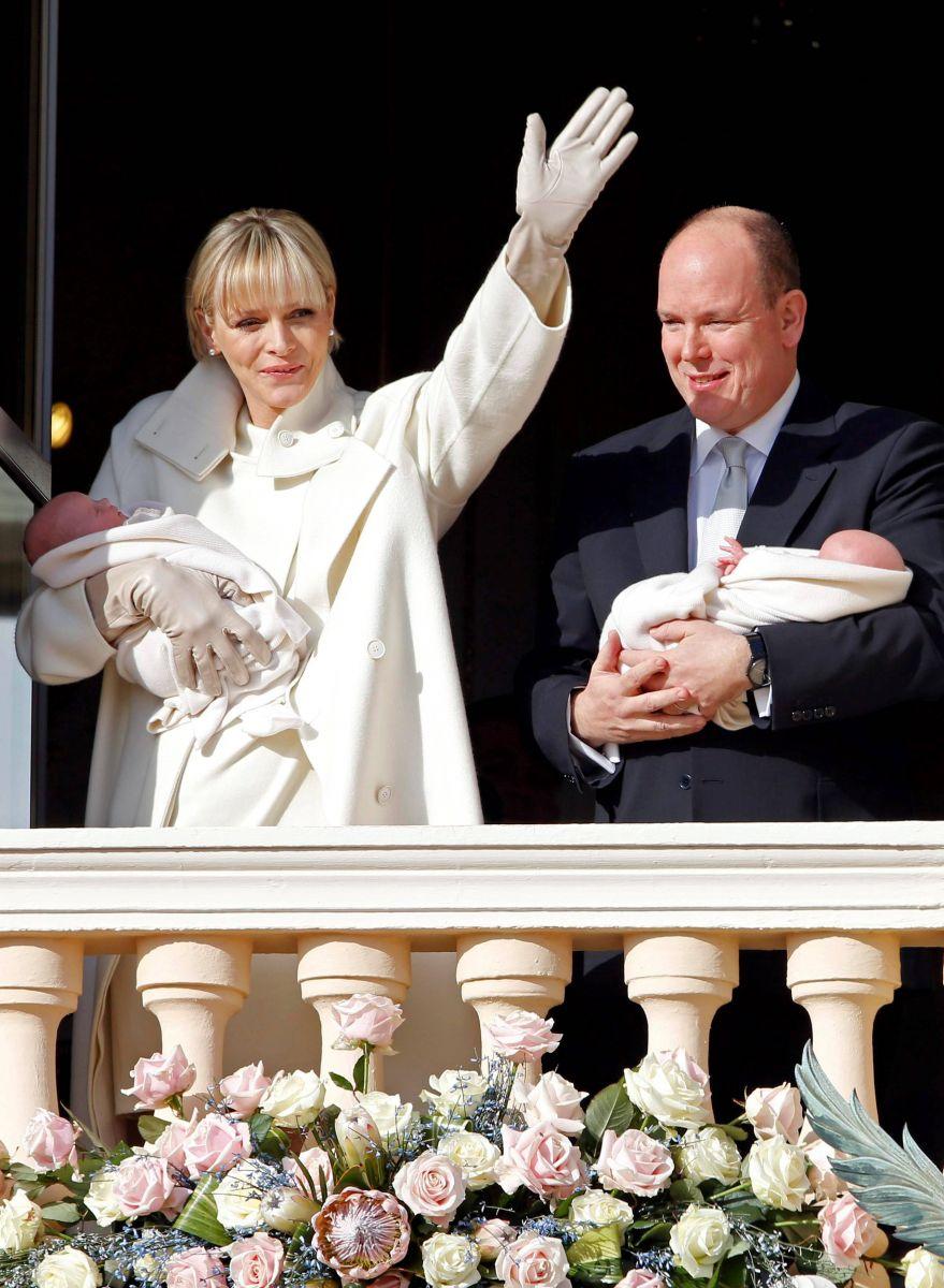 князь Монако Альберт, его жена Шарлин и новорожденные дети
