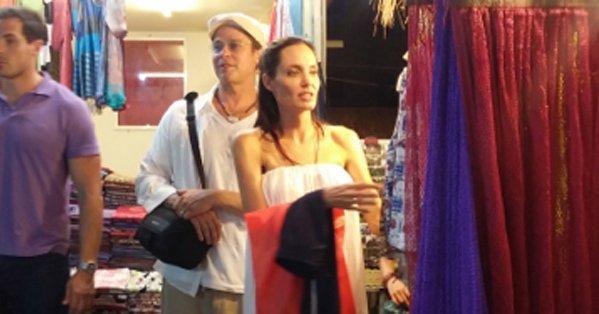 Анджелина Джоли и Брэд Питт посетили блошиный рынок в Камбодже