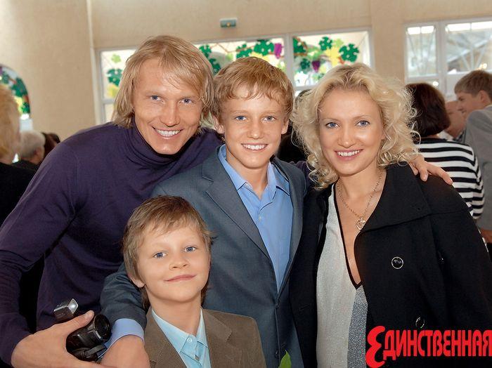 Кристина Гусина и Андрей Гусин с детьми