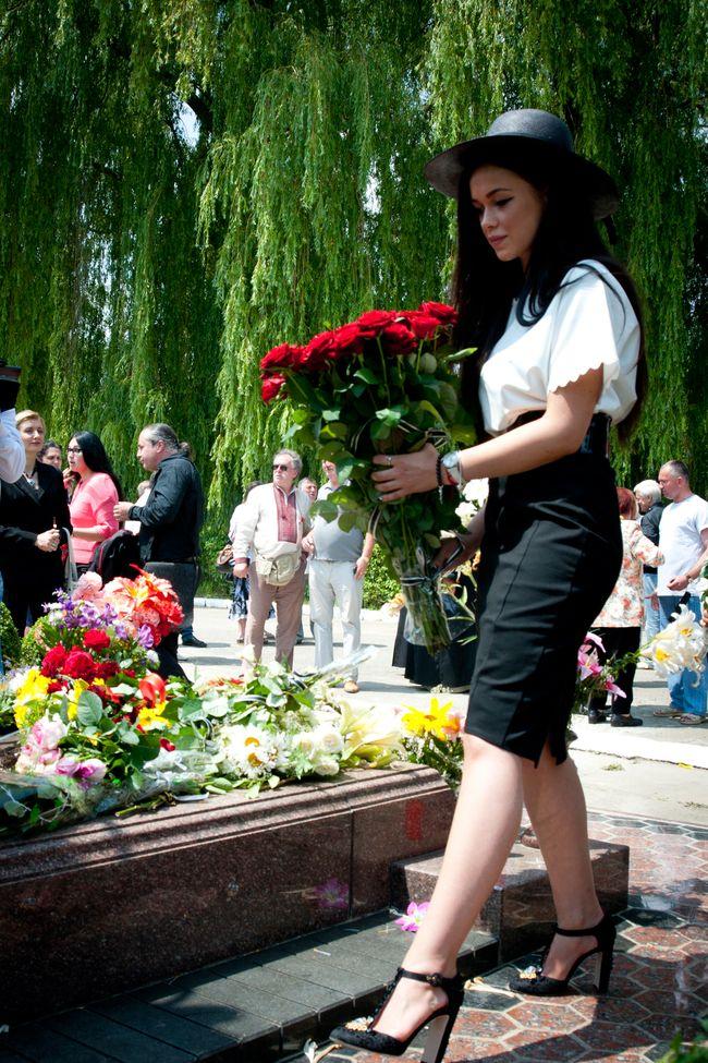 Мария Яремчук с братьями побывала на могиле отца