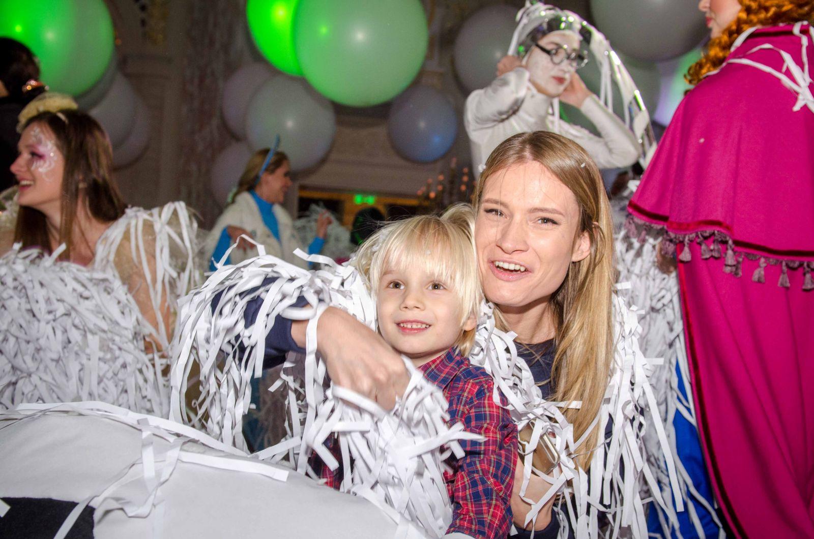 Ольга Фреймут с сестрой, мамой и дочкой сходили на новогодний праздник