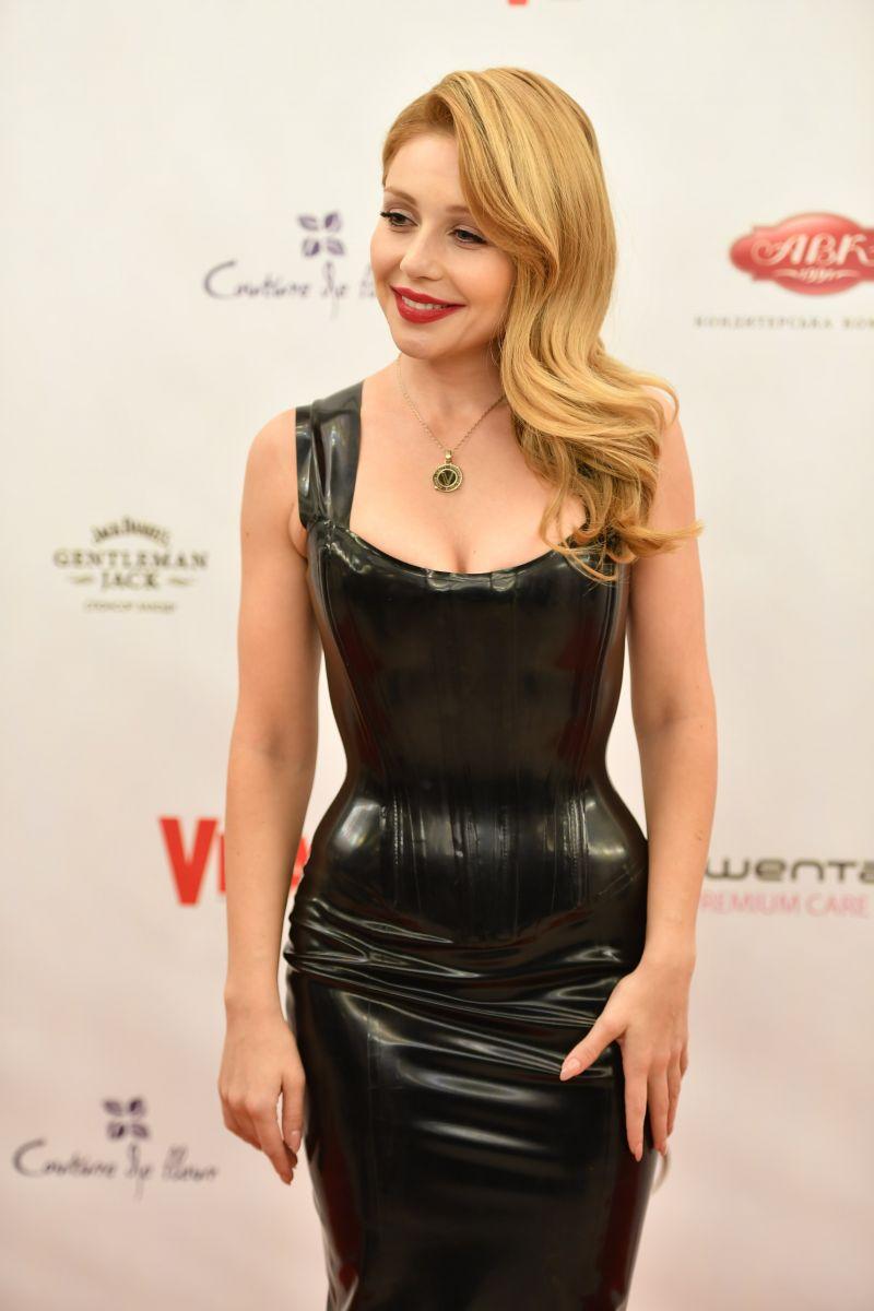 """""""Viva! Бал"""": Тина Кароль подчеркнула осиную талию облегающим латентным платьем"""