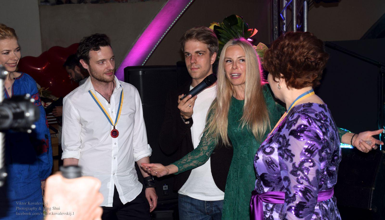 http://viva.ua/lifestar/news/37809-beremennaya-liv-tayler-opublikovala-trogateljnoe-foto-s-sinom.preview