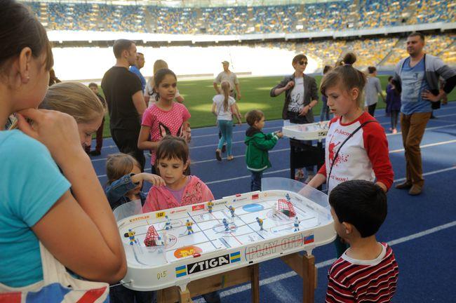 Денис Силантьев провел чемпионскую зарядку для детей-переселенцев из зоны АТО
