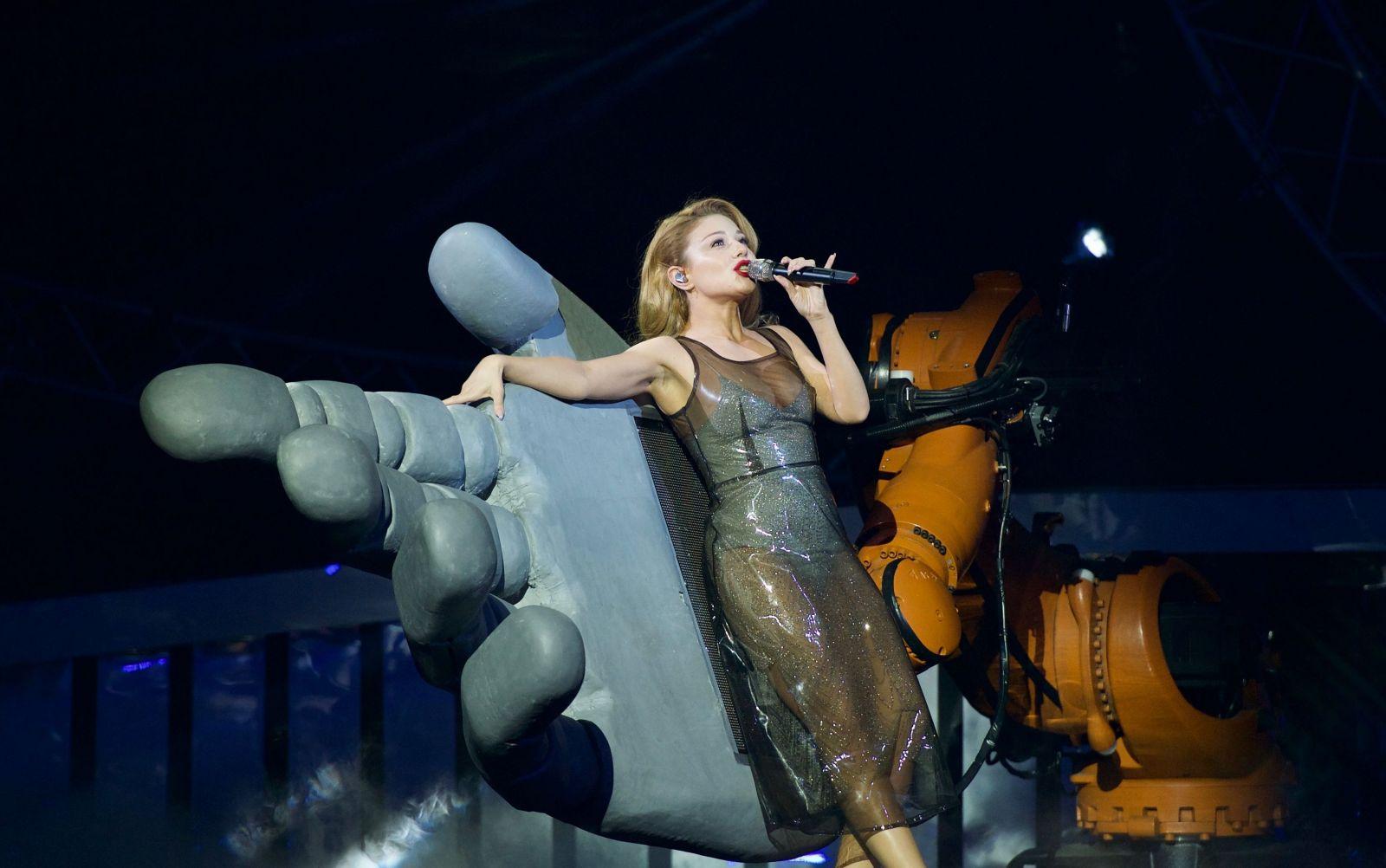 Тина Кароль вышла на сцену в сексуальном прозрачном платье