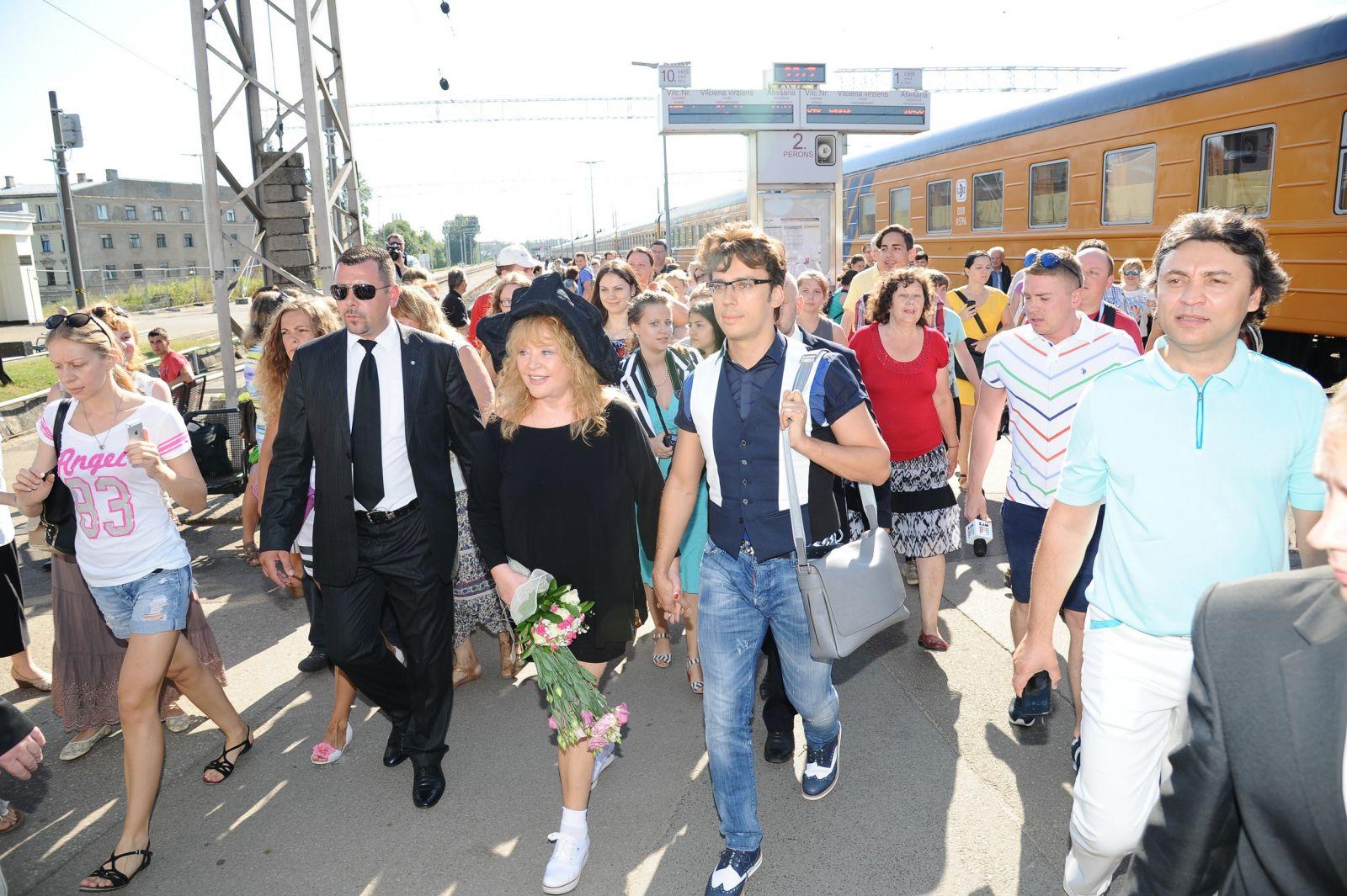 Алла Пугачева в маленьком черном платье