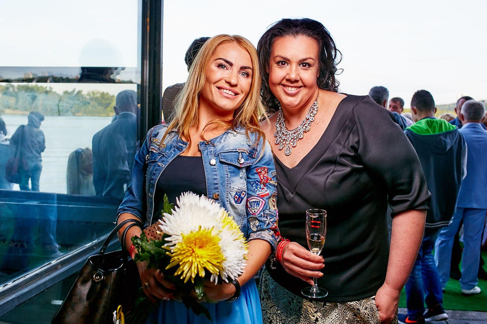 Алена Гребенюк справа