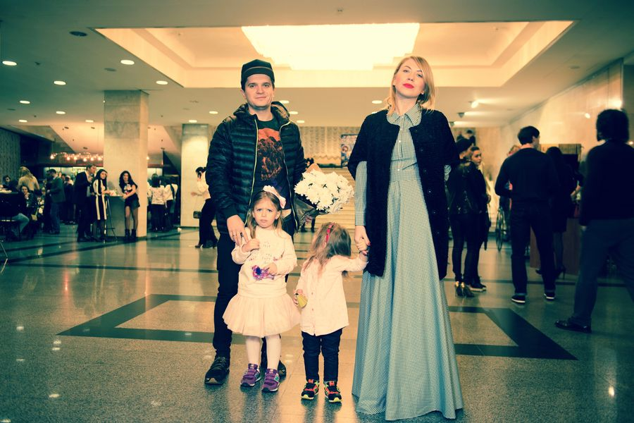Анатолий Анатолич с женой Юлией и дочками - Алисой и Лолитой