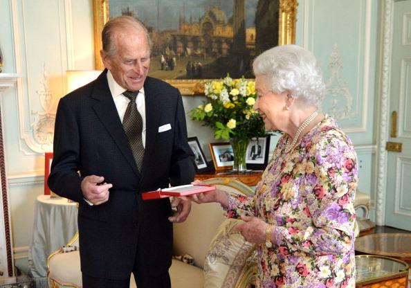 Королева ЕлизаветаII ипринц Филип отмечают платиновую свадьбу