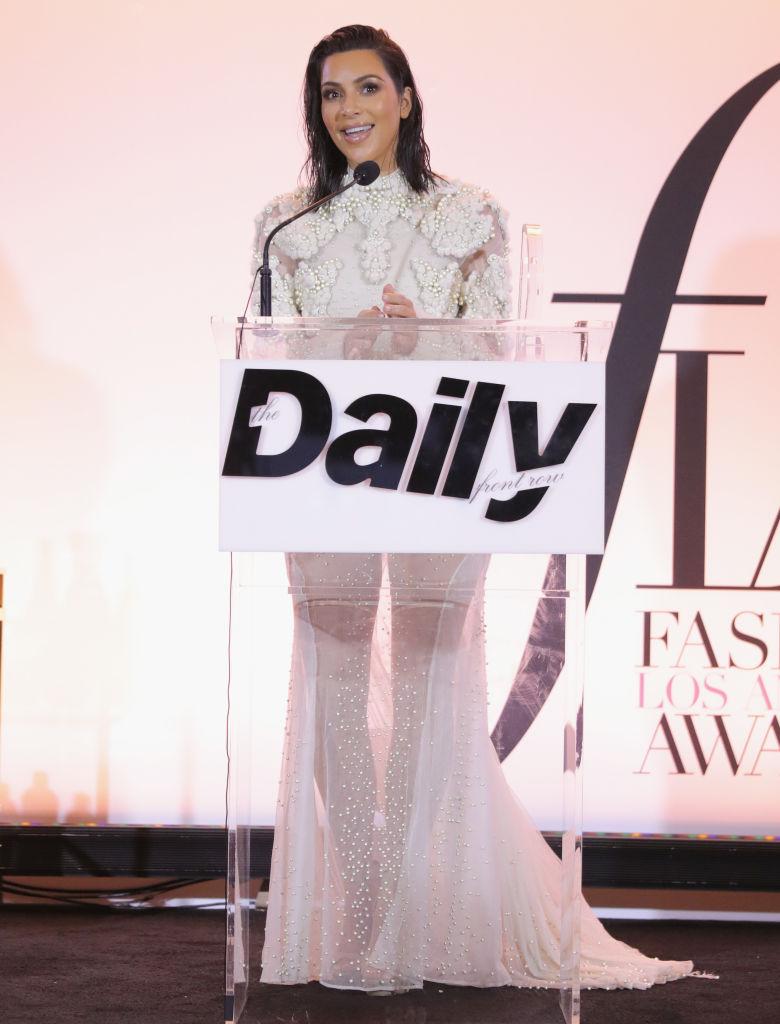 Заметно похудевшая Ким Кардашьян вышла в свет в прозрачном наряде