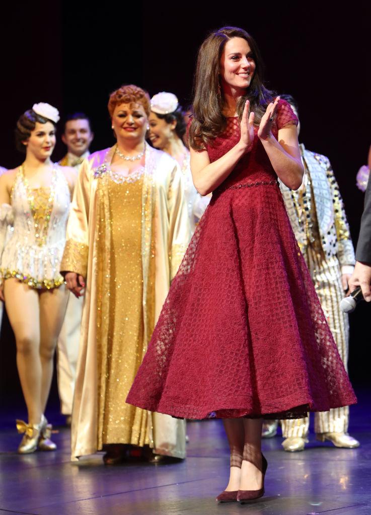 Яркий выход: Кейт Миддлтон покорила публику своим нарядом на театральной премьере