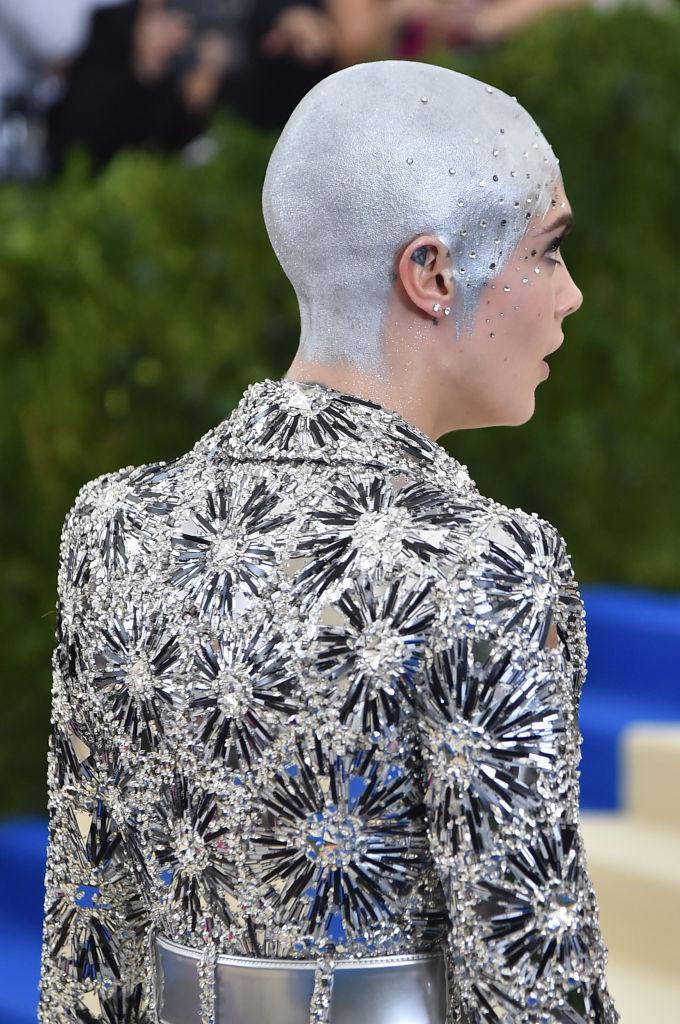 Образ лысой Кары Делевинь стал самым обсуждаемым на Met Gala-2017