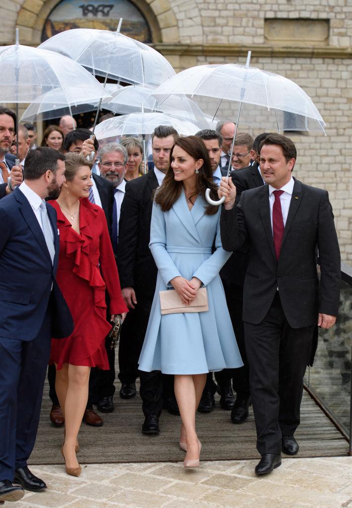 Наряд на миллион: Кейт Миддлтон посетила Люксембург в платье небесно-голубого цвета