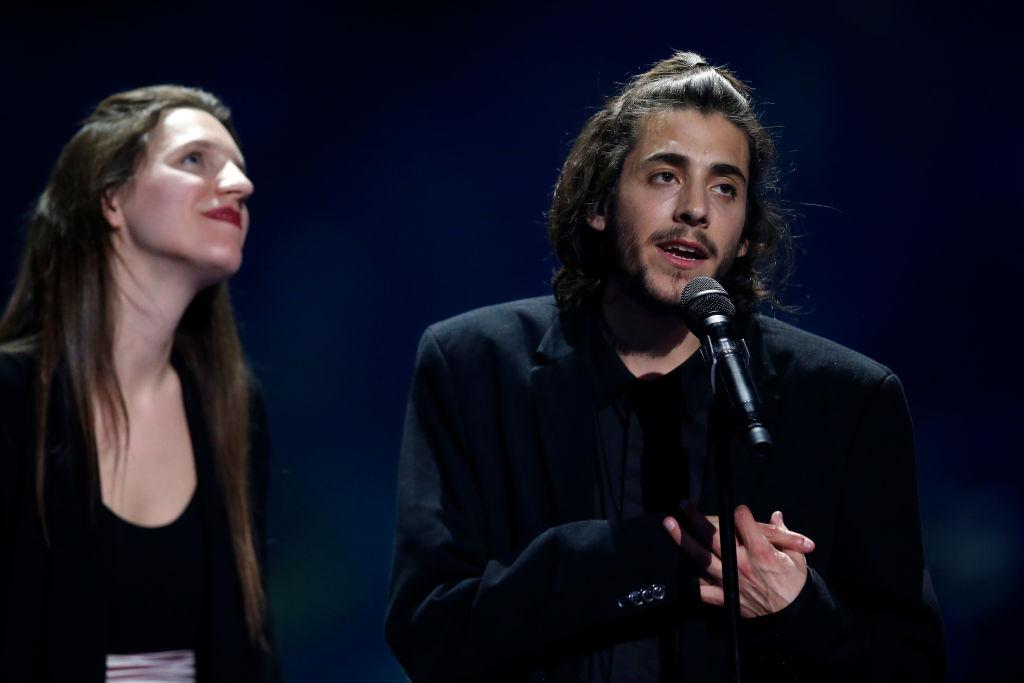 """Исполняя песню победителя """"Евровидения"""" Сальвадор Собрал вызвал на сцену свою сестру и спел вместе с ней"""