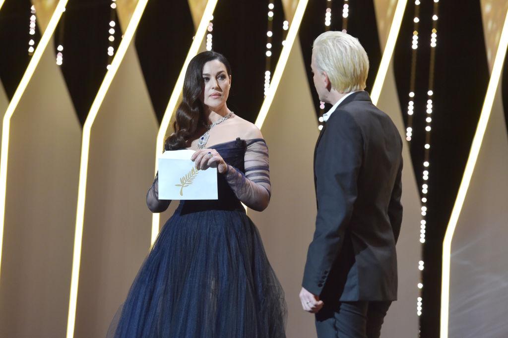 Канны-2017: сеть взорвало видео страстного поцелуя Моники Беллуччи и известного комика на сцене