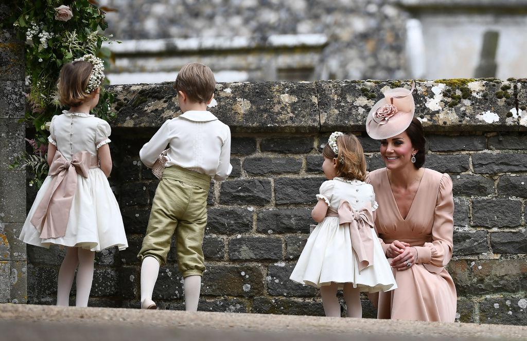 Само умиление: Кейт Миддлтон с детьми на свадьбе Пиппы Миддлтон