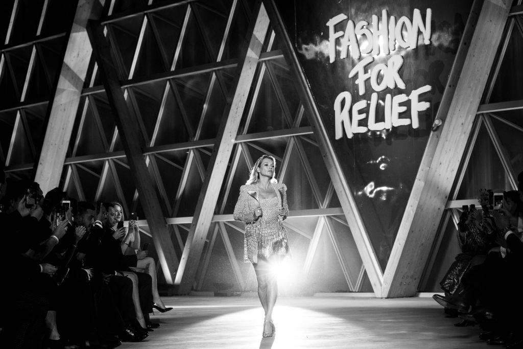 Наталья Водянова, Хайди Клум, Кейт Мосс и другие супермодели блистают на модном шоу Наоми Кэмпбелл в рамках Каннского фестиваля