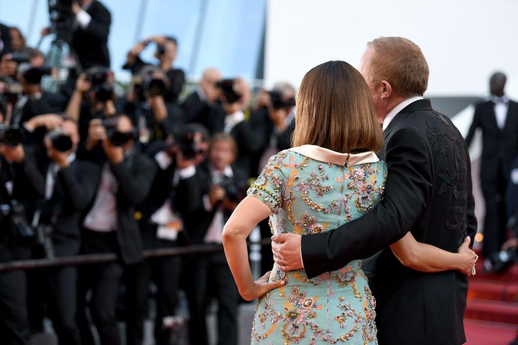 Сальма Хайек с новой прической блистает на красной дорожке Канн вместе с супругом