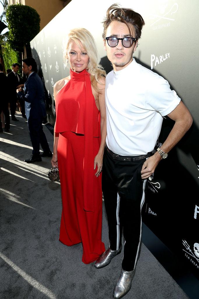 Памела Андерсон в красном наряде появилась на публике с сыном