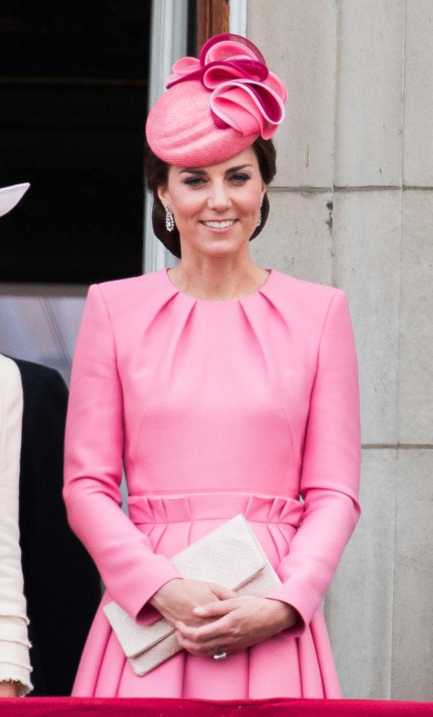 Все в розовом: принц Уильям и Кейт Миддлтон с детьми на параде в честь дня рождения королевы