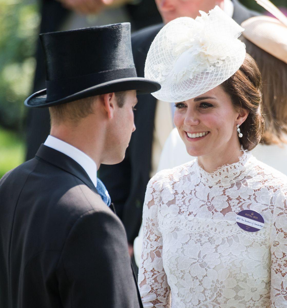 Леди в белом: Кейт Миддлтон вышла в свет в кружевном платье Alexander McQueen