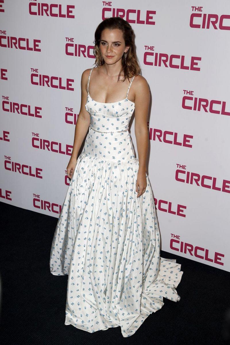 Эмма Уотсон в белом платье Miu Miu блеснула на премьере в Париже