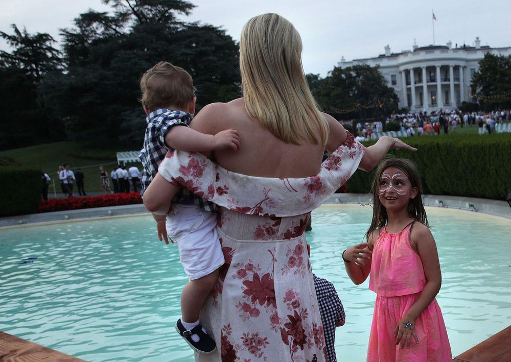 В летящем платье и с детьми: Иванка Трамп поделилась забавным снимком с пикника