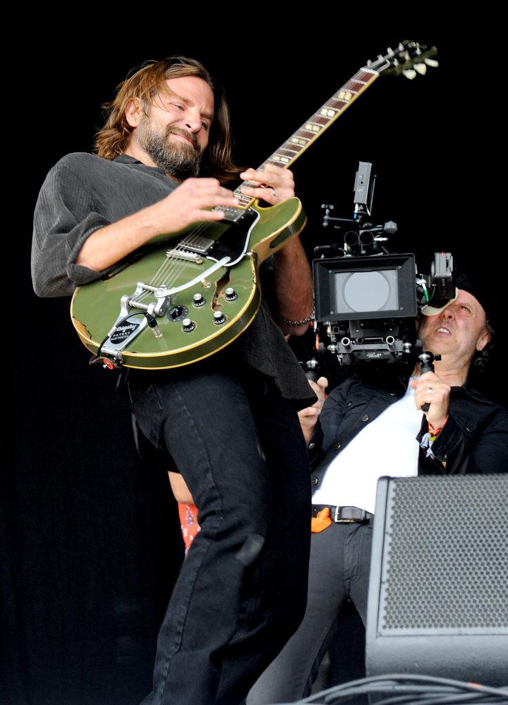 Брэдли Купер отрастил длинные волосы и взорвал публику со сцены музыкального фестиваля