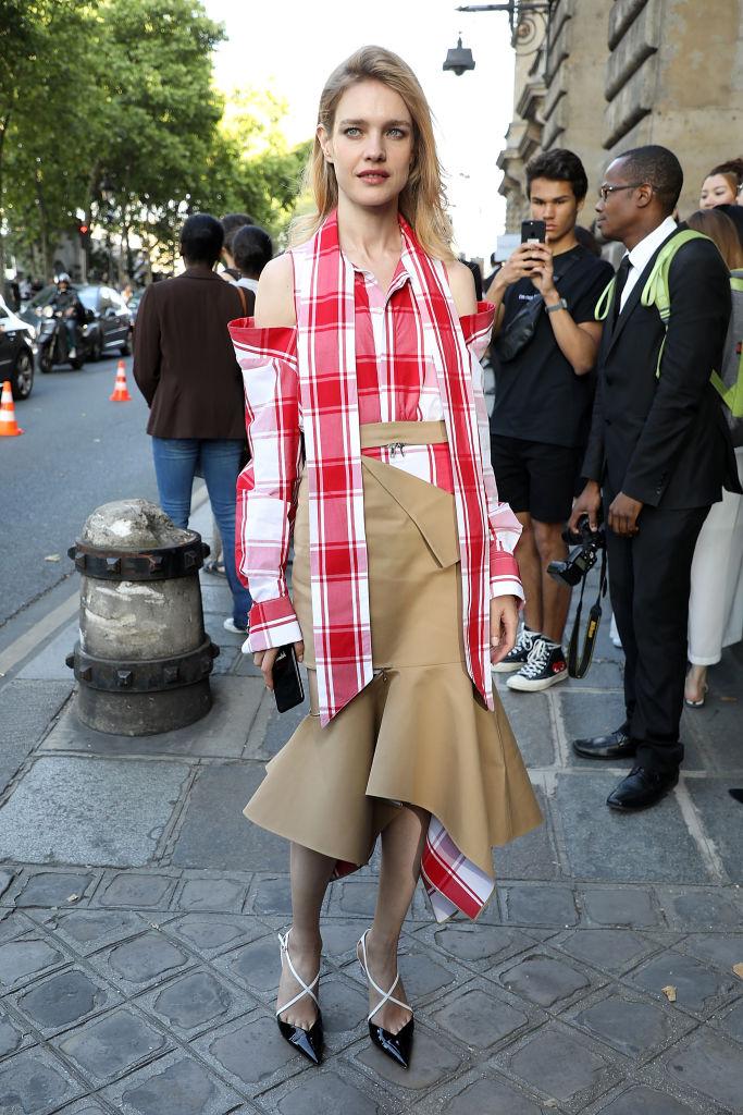 Наталья Водянова в клетчатой платье-рубашке и с оголенными плечами блистает в Париже