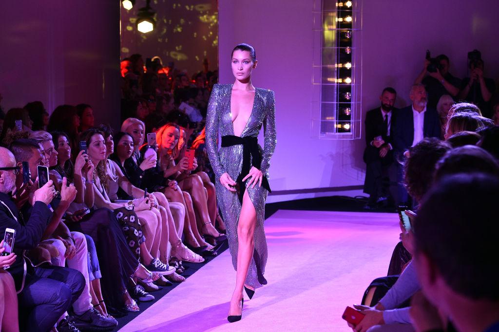Ах, эта откровенная Неделя моды: Белла Хадид дважды появилась на подиуме полуголой