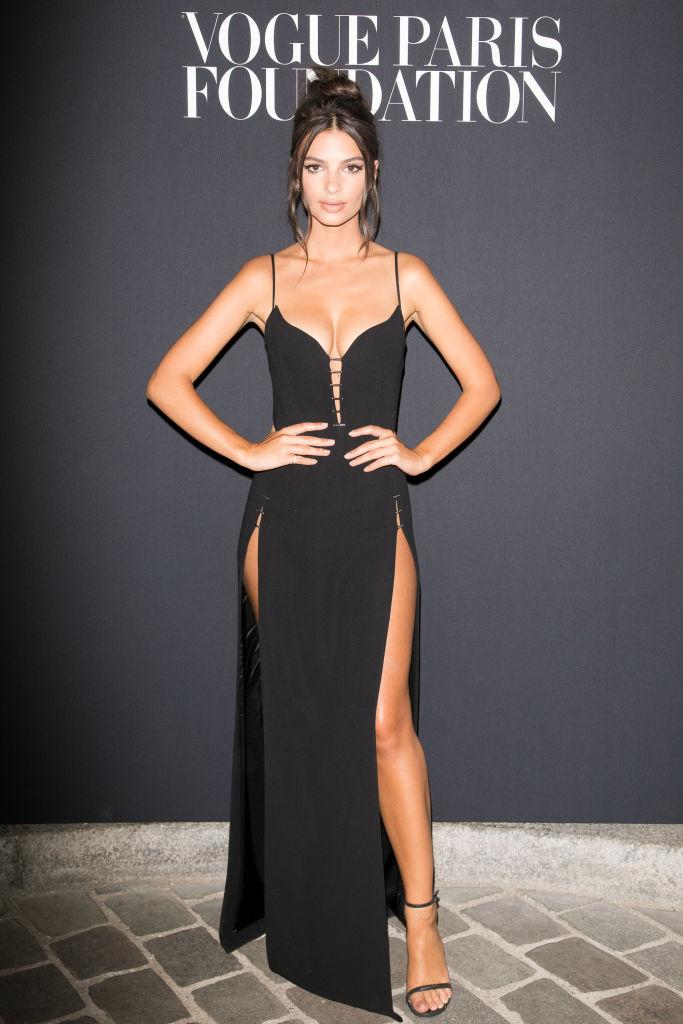 Эмили Ратаковски взбудоражила публику сверхоткровенным платьем на ужине Vogue