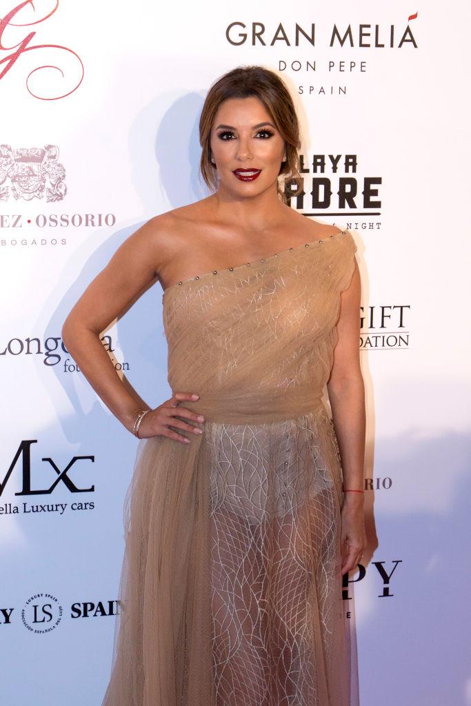 Ева Лонгория засветила нижнее белье в прозрачном наряде