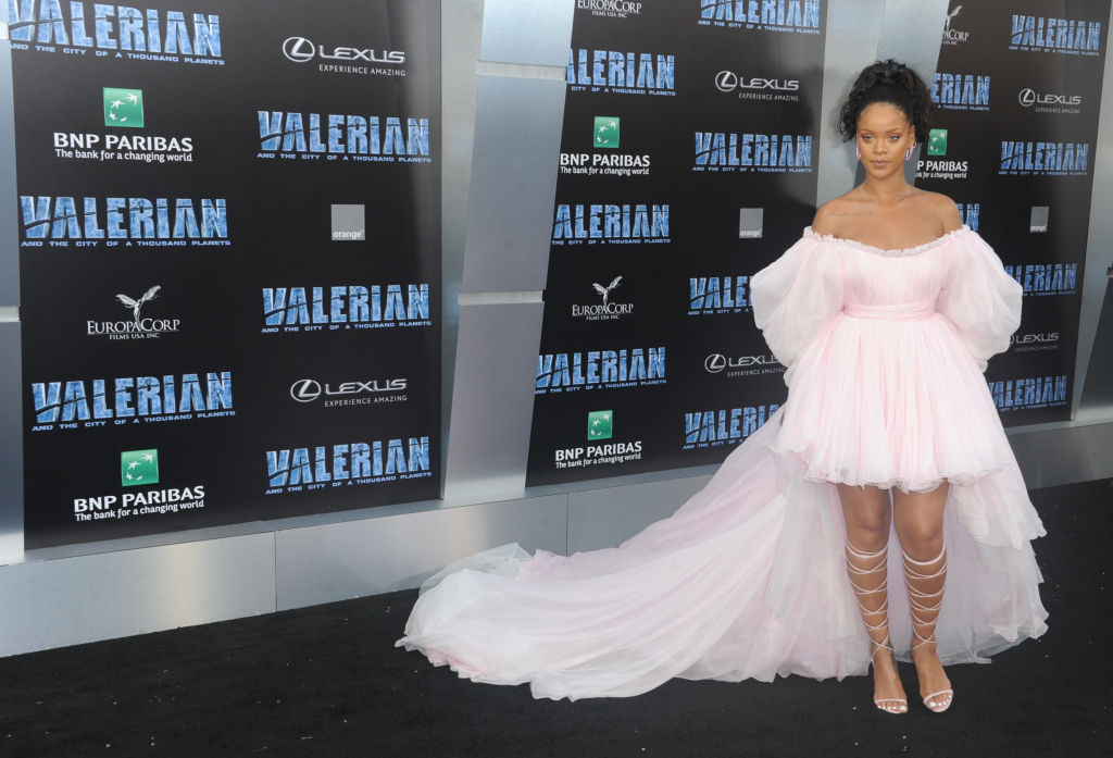 Зефирное настроение: Рианна вышла в свет в воздушном розовом наряде